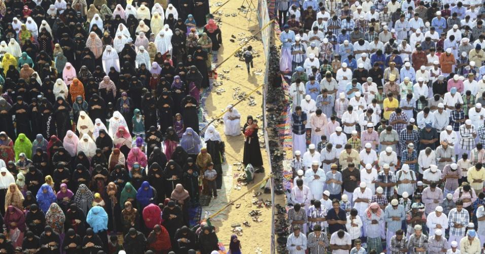 20.ago.2012 - Muçulmanos oram durante o Eid al-Fitr, que marca o encerramento do mês sagrado do Ramadã, em Madrás, na Índia, nesta segunda-feira (20). Um muro separa os homens das mulheres
