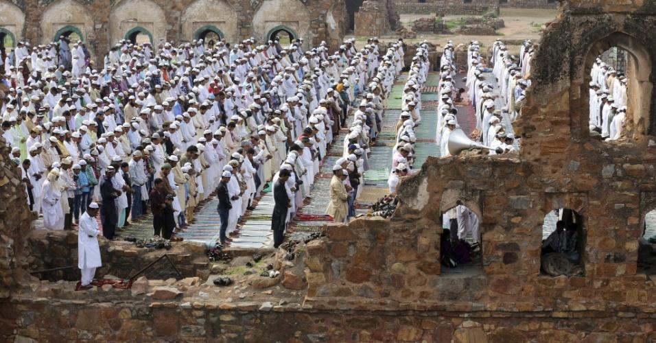 20.ago.2012 - Muçulmanos oram durante o Eid al-Fitr, que marca o encerramento do mês sagrado do Ramadã, em Nova Déli, na Índia, nesta segunda-feira (20)