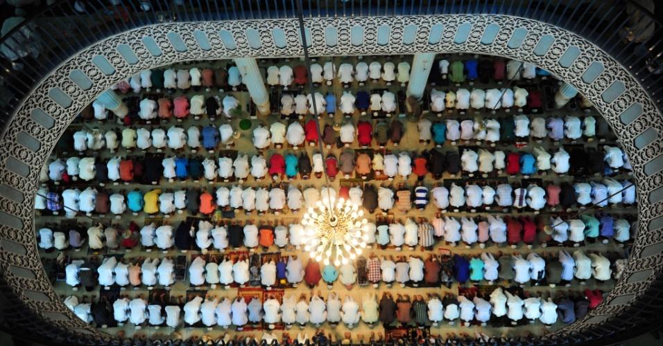 20.ago.2012 - Muçulmanos oram durante o Eid al-Fitr, que marca o encerramento do mês sagrado do Ramadã, na Mesquita Nacional de Bangladesh, em Dhaka, nesta segunda-feira (20)