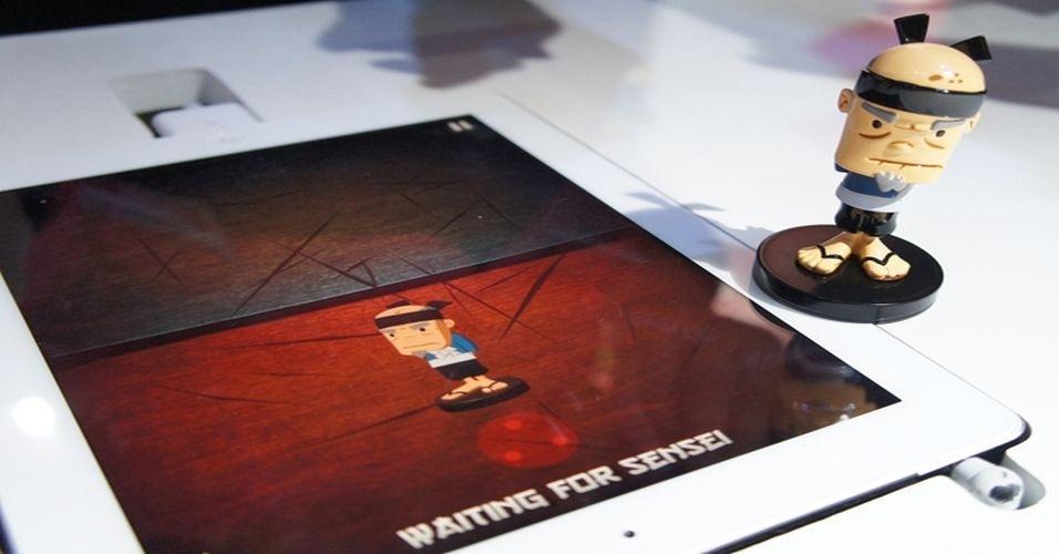 21.ago.2012 - Com tela sensível aos toques, os tablets dispensam o uso de acessórios como mouse e teclados. Apesar disso, existem diversos produtos que funcionam em parceria com gadgets (seja um super herói ou um helicóptero), criando assim mais interação com o portátil. O boneco do jogo Fruit Ninja 'conversa' com a tela sensível do iPad, cortando as frutas da tela conforme a miniatura encosta na superfície. O produto custa $19.99 (cerca de R$40) para iOS