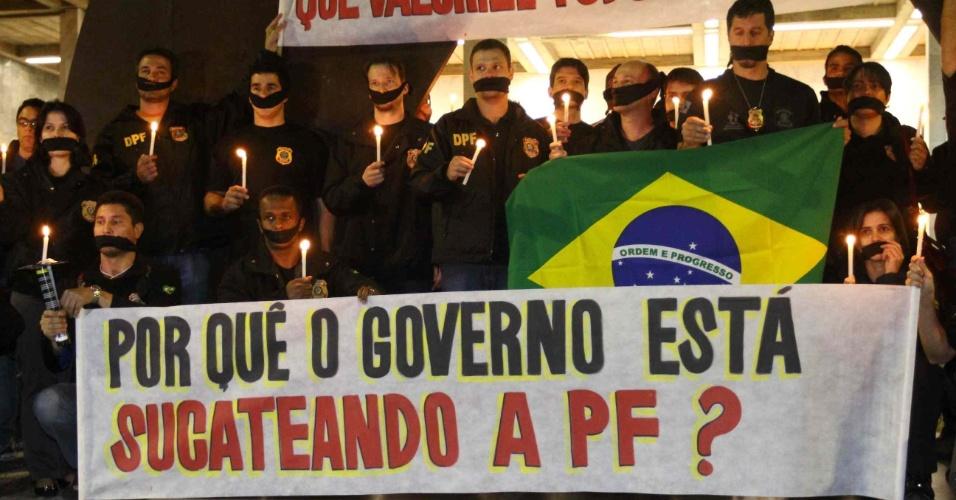 20.ago.2012 - Policiais federais, em greve há 13 dias, realizaram um protesto diante do prédio da Assembleia Legislativa de Belo Horizonte (MG), no início da noite desta segunda-feira