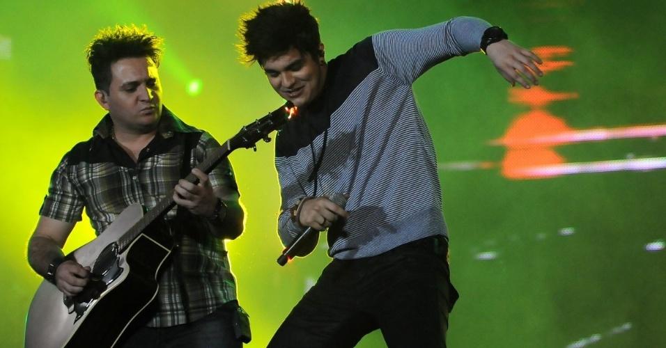 À vontade no palco, o cantor Luan Santana dança durante apresentação na 57ª edição da Festa do Peão de Barretos, no interior paulista. O evento acontece até o dia 26 de agosto (19/8/12)