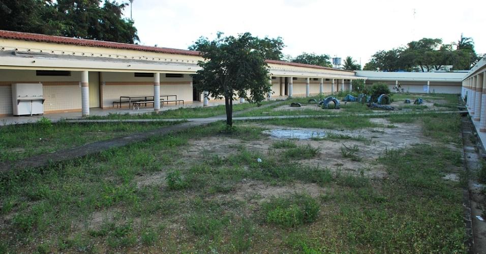 Abandono, mato crescendo por todos os lados, na escola José Correia da Silva Titara, uma das escolas com o pior desempenho no Ideb 2011 em Alagoas