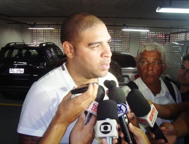 Adriano conversa com jornalistas após deixar clínica de José Luiz Runco, médico do Flamengo