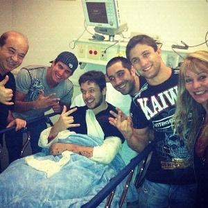 """Amigo de Bruno, do KLB, divulga foto do cantor no hospital e diz """"Miguxo 100%!"""" (20/8/12)"""