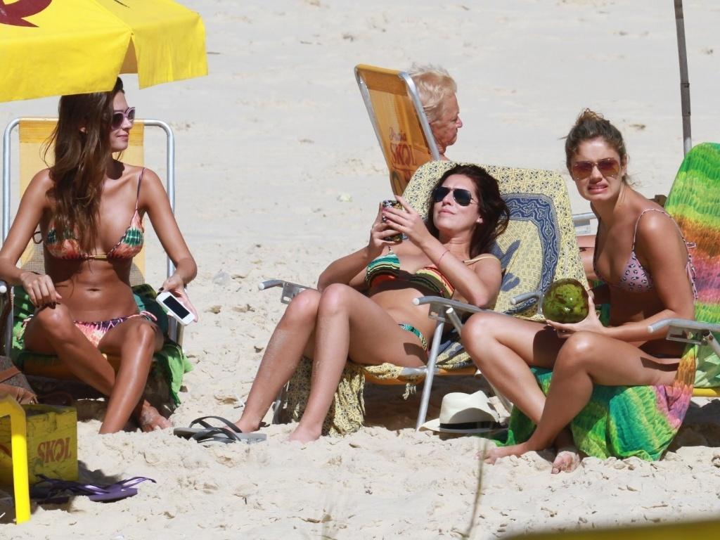 As atrizes Thaila Ayala, Fernanda Paes Leme e Sophie Charlotte curtiram praia no Recreio dos Bandeirantes, zona oeste do Rio (20/8/12)