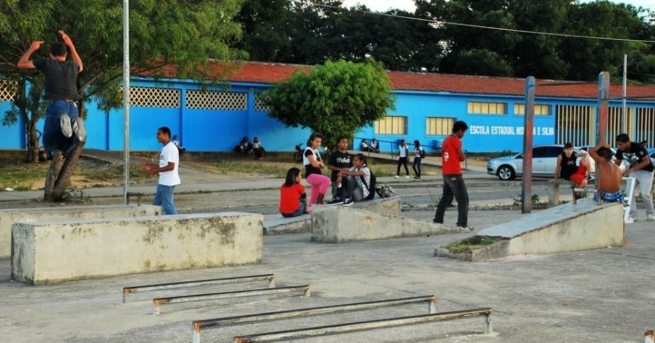 Crianças brincam no pátio em horário de aula, enquanto deveriam estar em sala de aula; evasão é uma das variantes do desempenho alagoano
