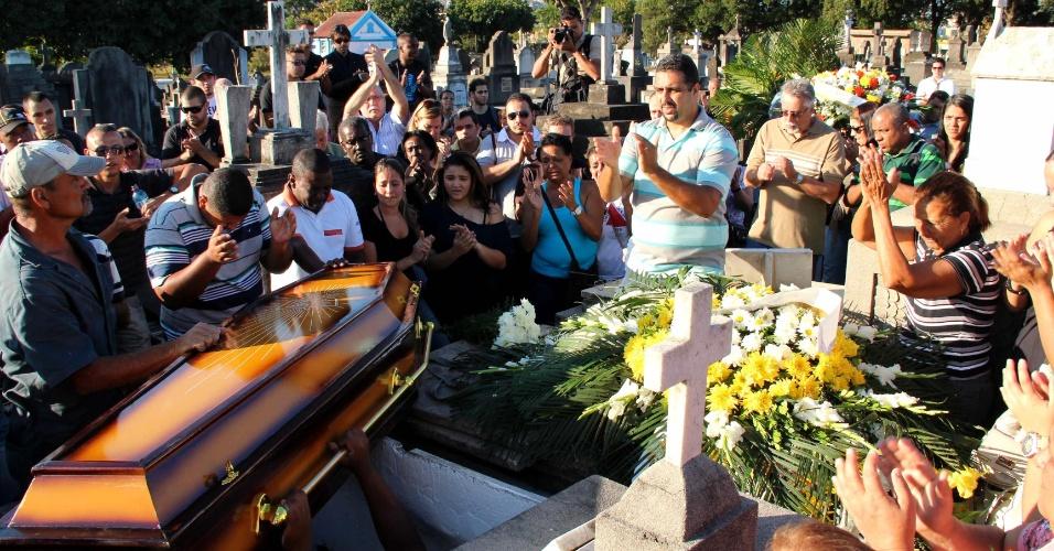 Diego Martins Leal, morto por torcedores do Flamengo, é enterrado em cemitério de Del Castilho