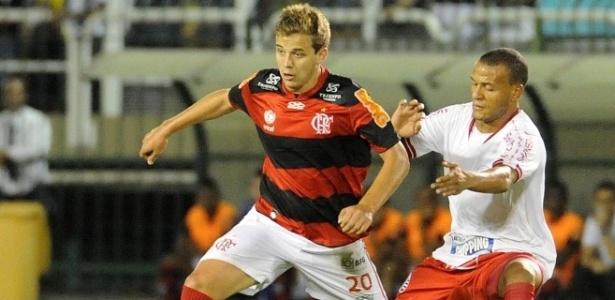 Lateral direito Patric (d) tenta roubar a bola de Thomás durante Flamengo x Náutico