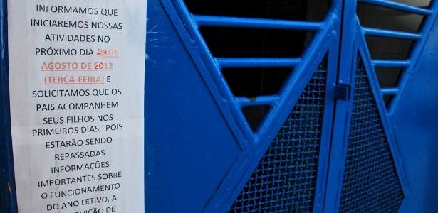 Mensagem na porta da escola informa a pais e alunos sobre o as obras e o início das aulas