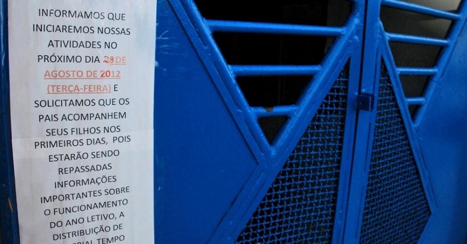 Mensagem na porta da escola informa a alunos e seus familiares sobre o andamento das obras e o início das aulas