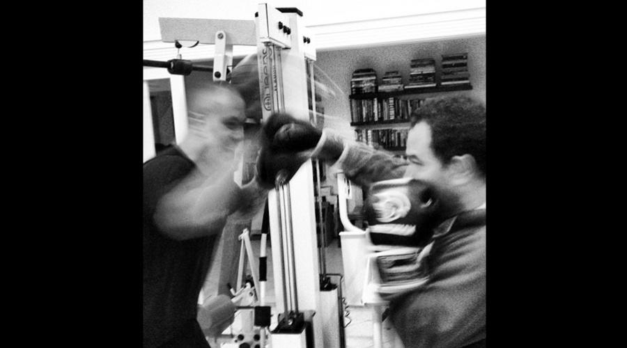 O cantor sertanejo Luciano divulgou imagem do treino de boxe (20/8/12)