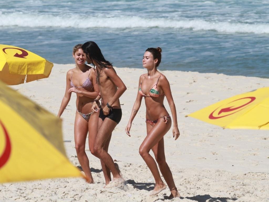 Thaila Ayala e Sophie Charlotte curtiram praia no Recreio dos Bandeirantes, zona oeste do Rio (20/8/12)