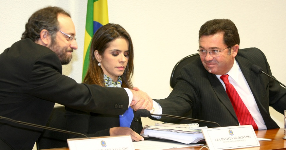 21.ago.2012 - O procurador Daniel Rezende Salgado cumprimenta o senador Vital do R&#234;go (PMDB-PB) antes de prestar depoimento &#224; CPI do Cachoeira, em Bras&#237;lia, nesta ter&#231;a-feira (21)