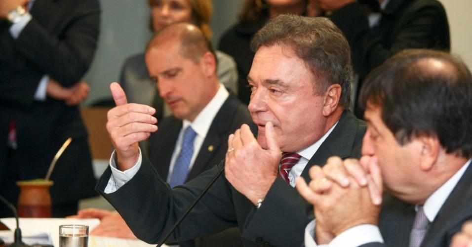 21.ago.2012 - O senador Álvaro Dias (PSDB-PR) participa da reunião da CPI do Cachoeira, nesta terça-feira (21), que ouviu depoimento dos procuradores Daniel Rezende Salgado e Léa Batista