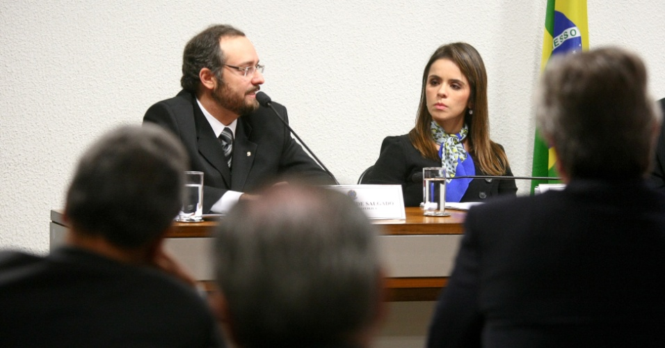 21.ago.2012 - Os procuradores Daniel Rezende Salgado e L&#233;a Batista dep&#245;em na CPI do Cachoeira, em Bras&#237;lia, nesta ter&#231;a-feira (21)