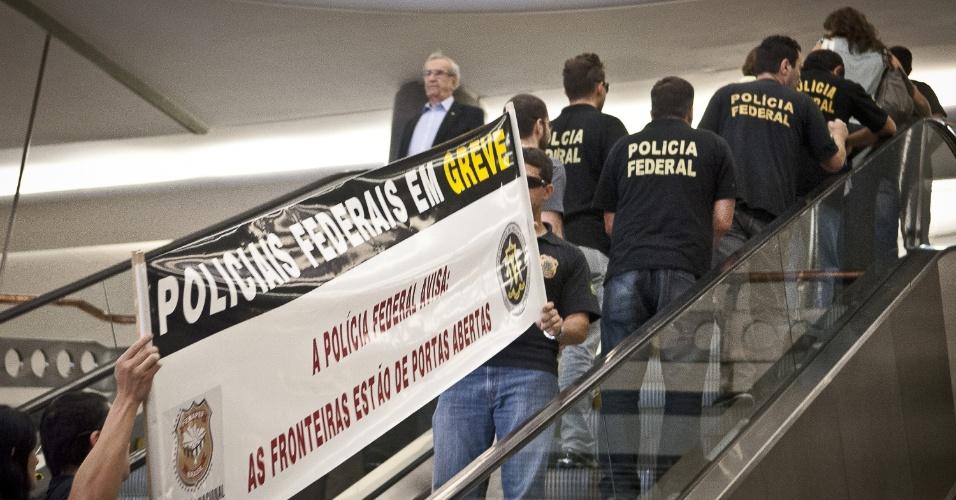 21.ago.2012 - Policiais federais fazem manifestação no aeroporto de Congonhas, em São Paulo, para informar a população sobre a greve