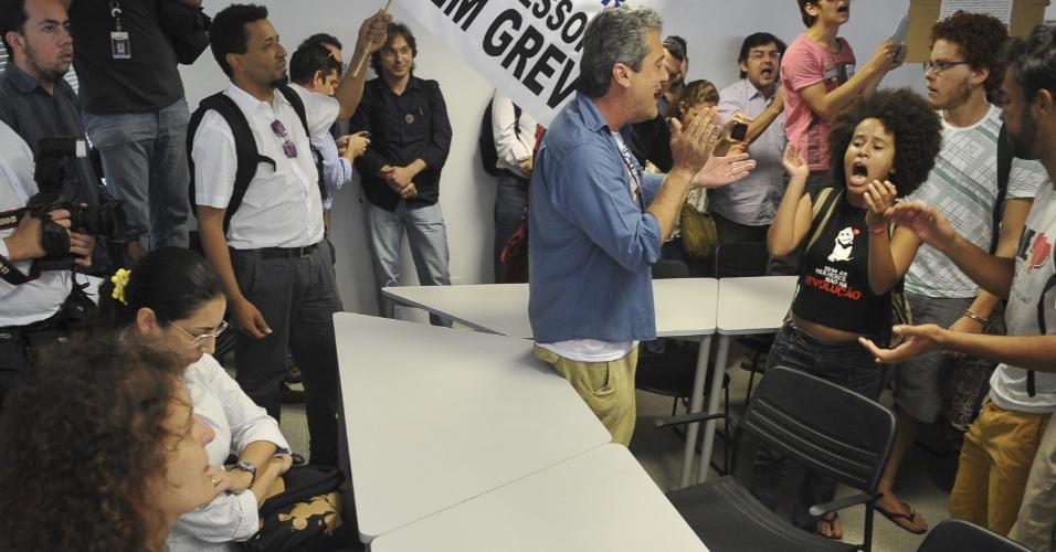 21.ago.2012 - Professores da UnB (Universidade de Brasília) que não aceitam o fim da greve, decidida em assembleia na última sexta-feira (17), ocuparam no início desta tarde, a Casa do Professor, sede da ADUnB (Associação dos Docentes), no campus da instituição. Eles dizem que só saem de lá se a ADUnB convocar nova assembleia, imediatamente, para rediscutir a decisão