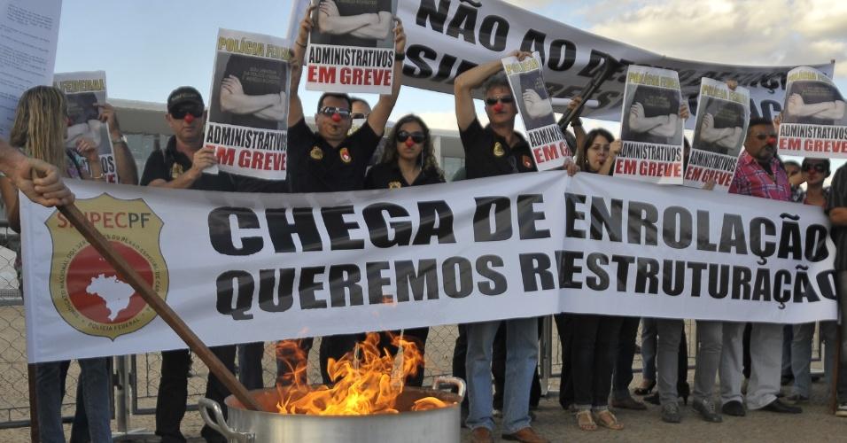 21.ago.2012 - Servidores administrativos da Polícia Federal realizaram um protesto em frente ao Palácio do Planalto, em Brasília, nesta terça-feira