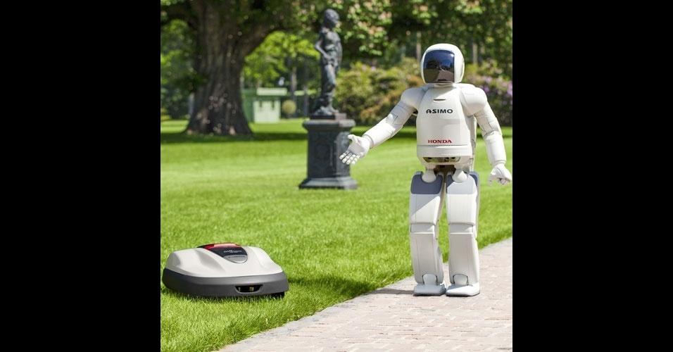 21.agosto.2012 -- O robô Asimo (dir.), da Honda, apresentou um cortador de grama robótico da mesma empresa. Chamada de Miimo, a máquina equipada com sensores deve chegar ao mercado europeu em 2013, com preço a partir de 2.100 euros (cerca de R$ 5.270). Segundo a agência de notícias AP, o Miimo corta 3 milímetros de grama continuamente e consegue se locomover sozinho, sem qualquer tipo de comando. Quando preciso, a máquina também se conecta sozinha a seu carregador