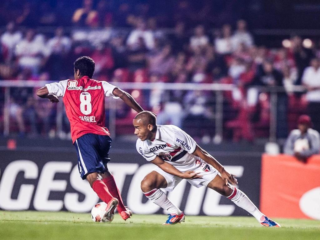 Ademílson, do São Paulo, perde disputa de bola com Gabriel, do Bahia