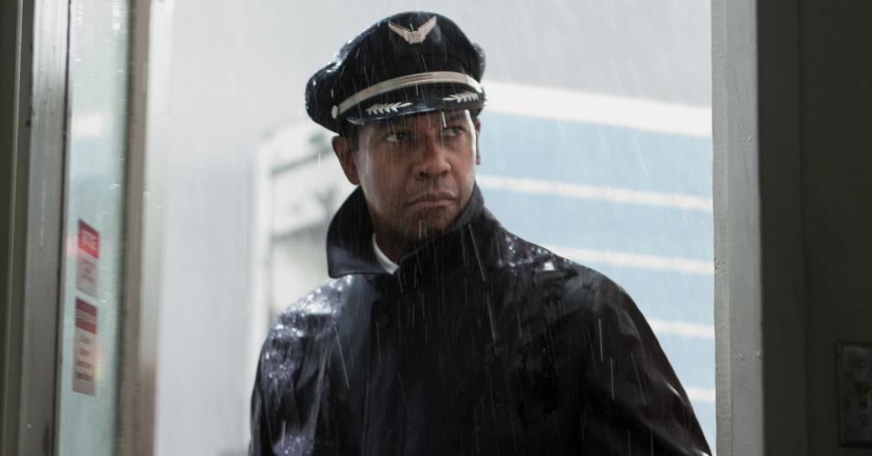 """Denzel Washington caracterizado como o capitão William Whitaker no filme """"Flight"""", com previsão de lançamento para setembro"""