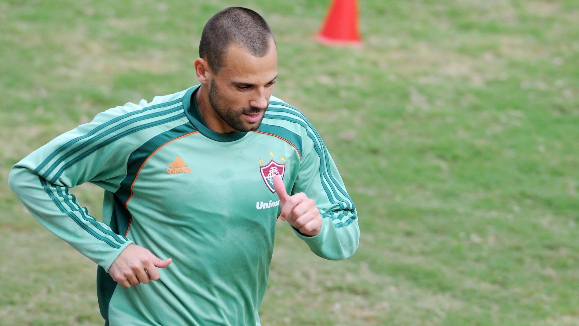 Goleiro Diego Cavalieri corre em torno do gramado das Laranjeiras em treino do Fluminense (19/03/2012)