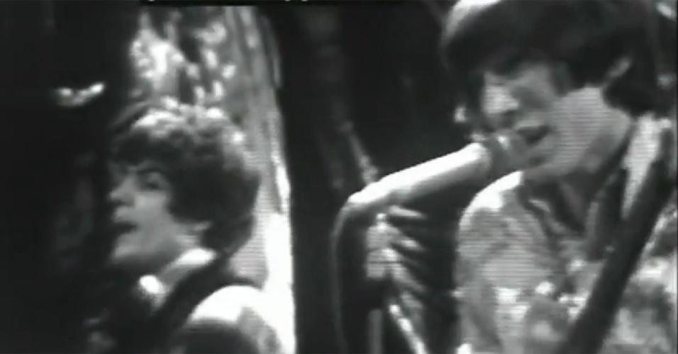 Imagem rara mostra Syd Barret (esq.) e Roger Waters (dir.) durante apresentação no