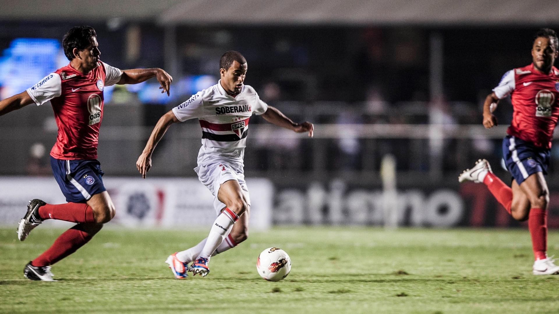 Lucas domina a bola e tenta levar o São Paulo ao ataque contra o Bahia pela Copa Sul-Americana