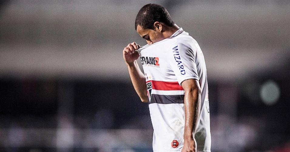 Lucas lamenta chance desperdiçada pelo São Paulo durante a partida contra o Bahia