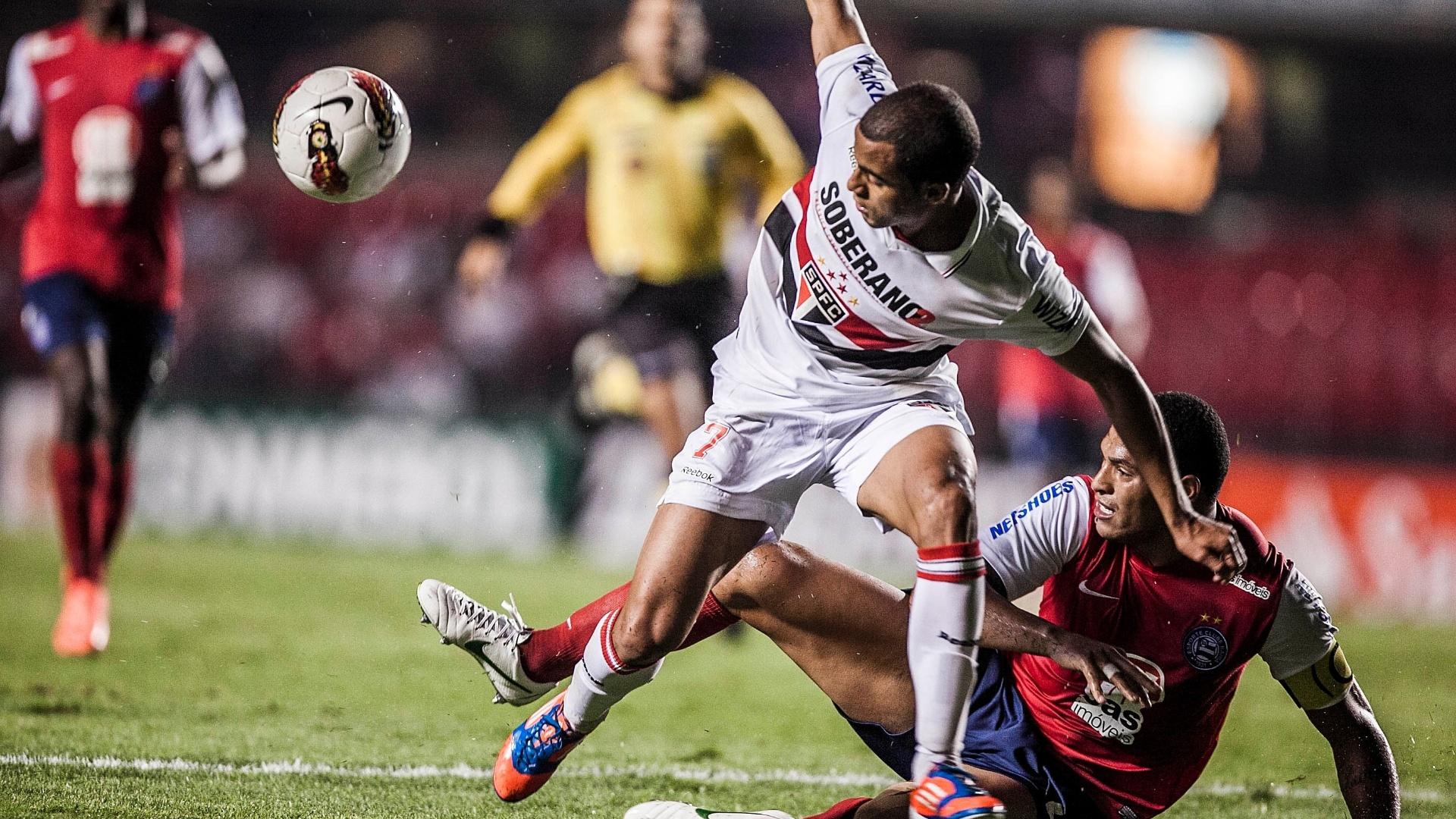 Lucas tenta manter o equilíbrio e concluir jogada ofensiva do São Paulo contra o Bahia