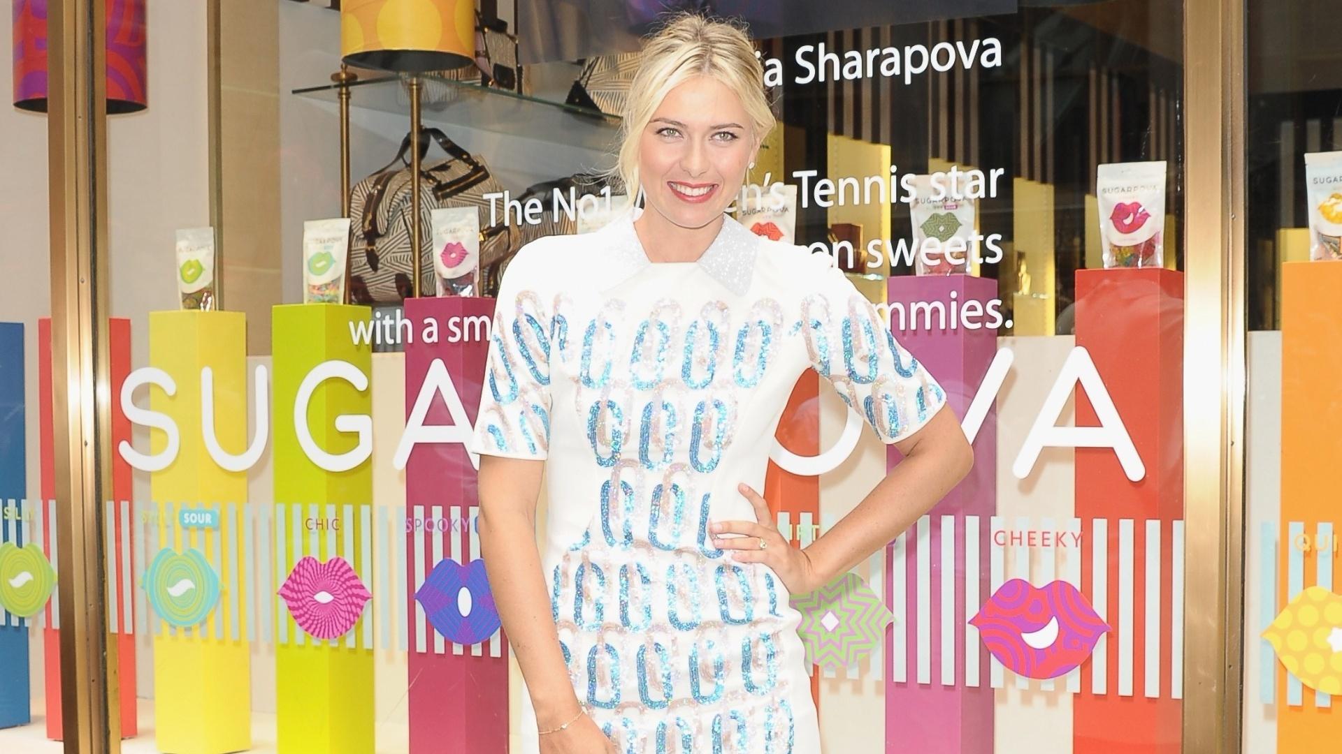 Maria Sharapova posa para foto no lançamento de sua própria linha de doces, Sugarpova