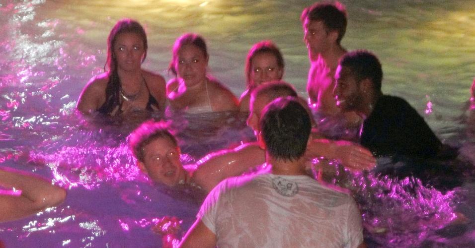 O príncipe e o medalhista resolveram competir na piscina, que fica dentro de uma casa noturna (20/8/12)