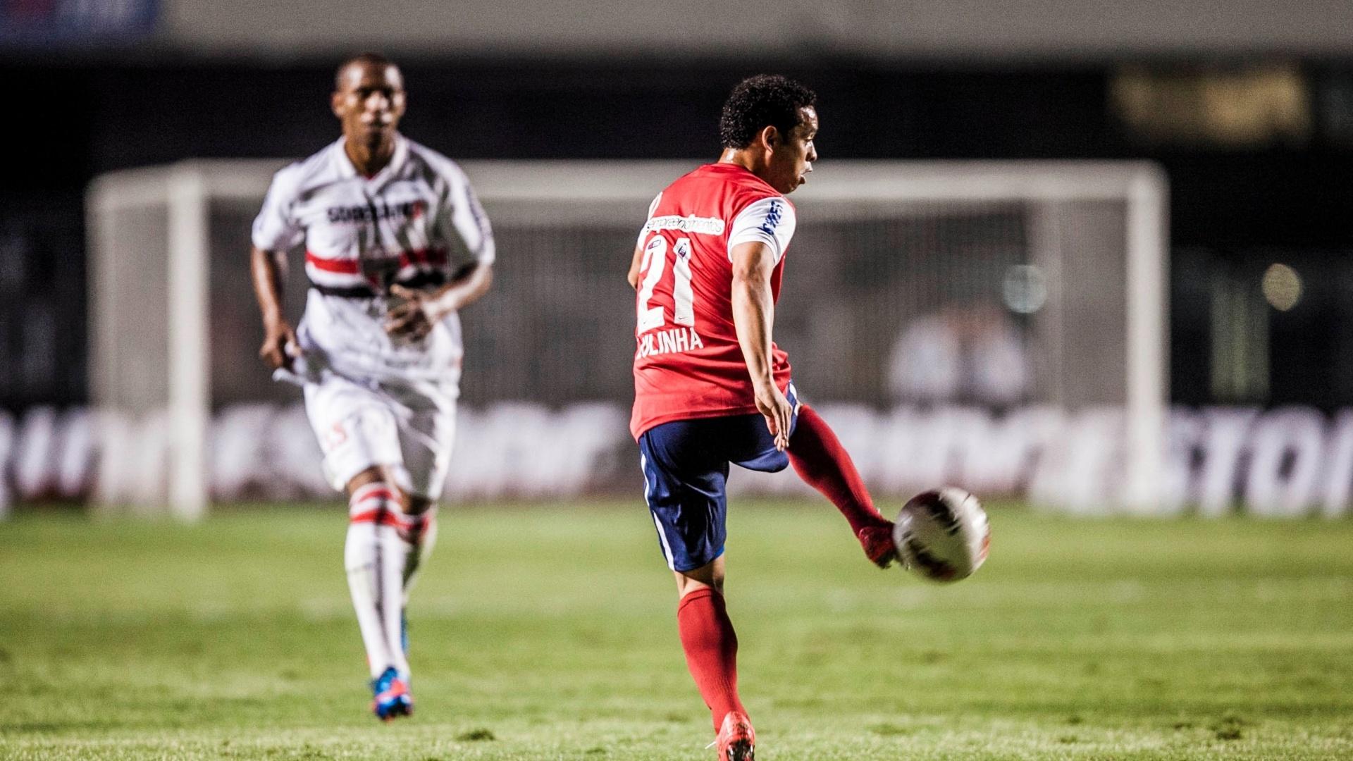 Observado por Paulo Miranda, Lulinha domina a bola durante jogo entre São Paulo e Bahia