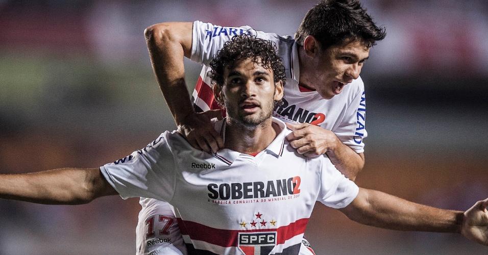 Osvaldo abraça o atacante Willian José, autor do primeiro gol do São Paulo contra o Bahia no Morumbi