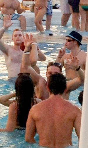 Príncipe Harry e o nadador norte-americano Ryan Lochte, medalhista de ouro nas Olimpíadas 2012 em Londres, foram flagrados em uma festa na piscina em um hotel de Las Vegas, neste fim de semana (20/8/12)