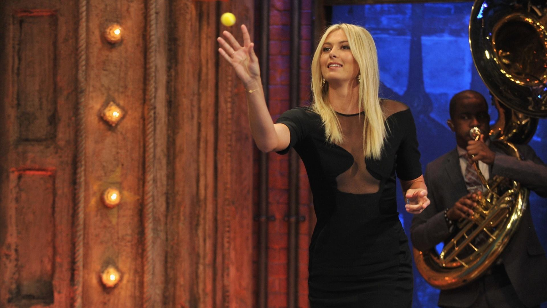 Maria Sharapova lança mini bola de tênis em jogo de
