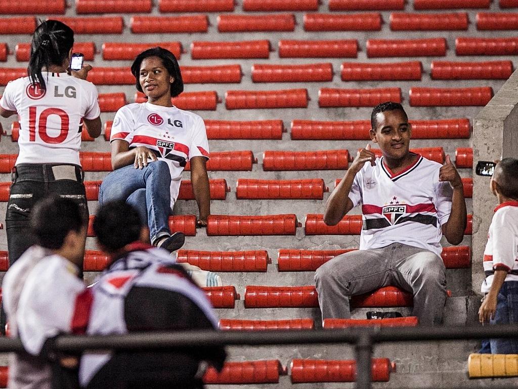 Torcedores do São Paulo chegam ao estádio do Morumbi para acompanhar a partida contra o Bahia
