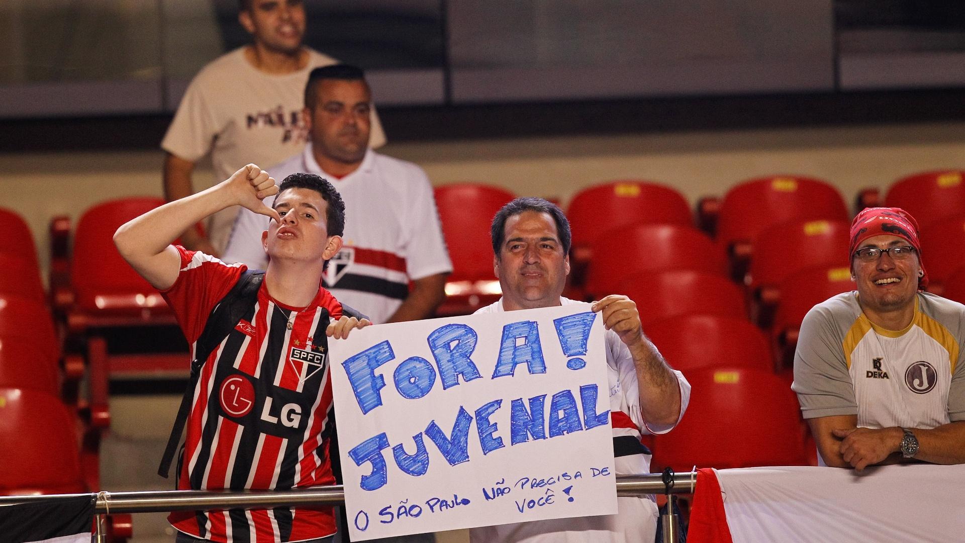 Torcedores do São Paulo protestam contra Juvenal Juvêncio, presidente do clube