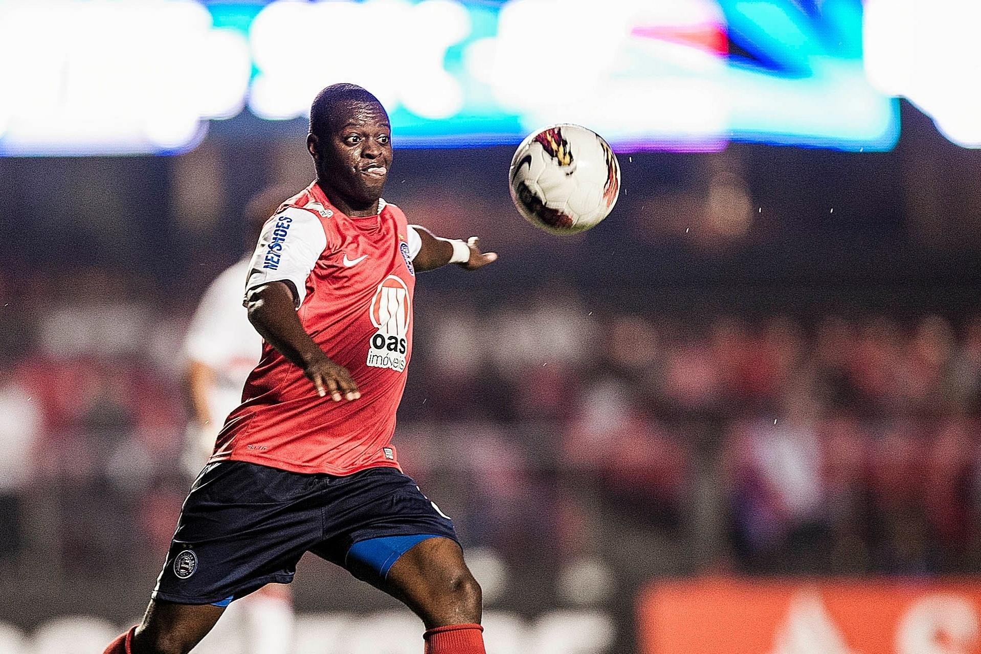 Zé Roberto tenta criar uma jogada ofensiva para o Bahia na partida contra o São Paulo no Morumbi