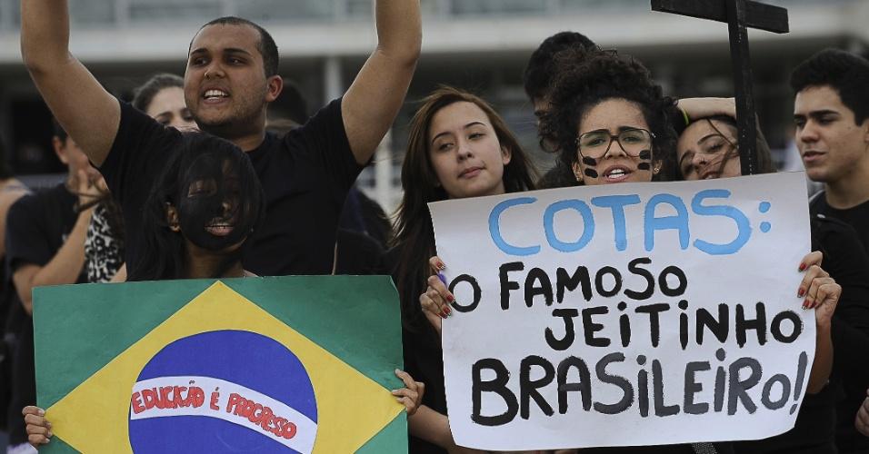 22.ago.2012 - Estudantes de escolas particulares protestam nesta quarta-feira, em frente ao Palácio do Planalto, contra o regime de cotas nas universidades públicas