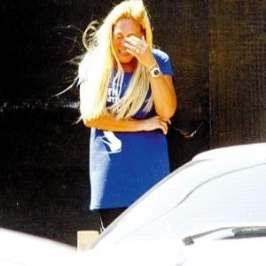 A atriz Susana Viera chora pela morte de seu cão Heitor, vítima de atropelamento no Rio de Janeiro (5/11/2007)
