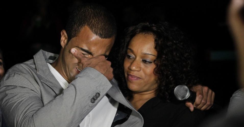 Abraçado pela mãe, Lucas chora na festa de seu aniversário. O meia se emocionou ao assistir a um vídeo com mensagens carinhosa dos familiares e amigos