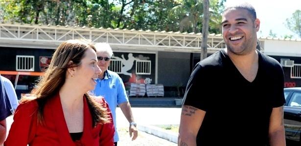 Adriano caminha com Patricia Amorim no CT do Flamengo