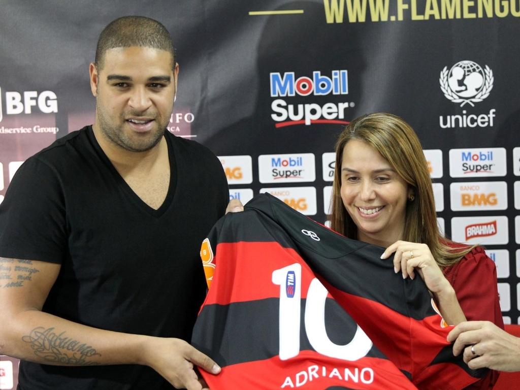Adriano e a presidente Patrícia Amorim seguram a futura camisa do atacante no Flamengo