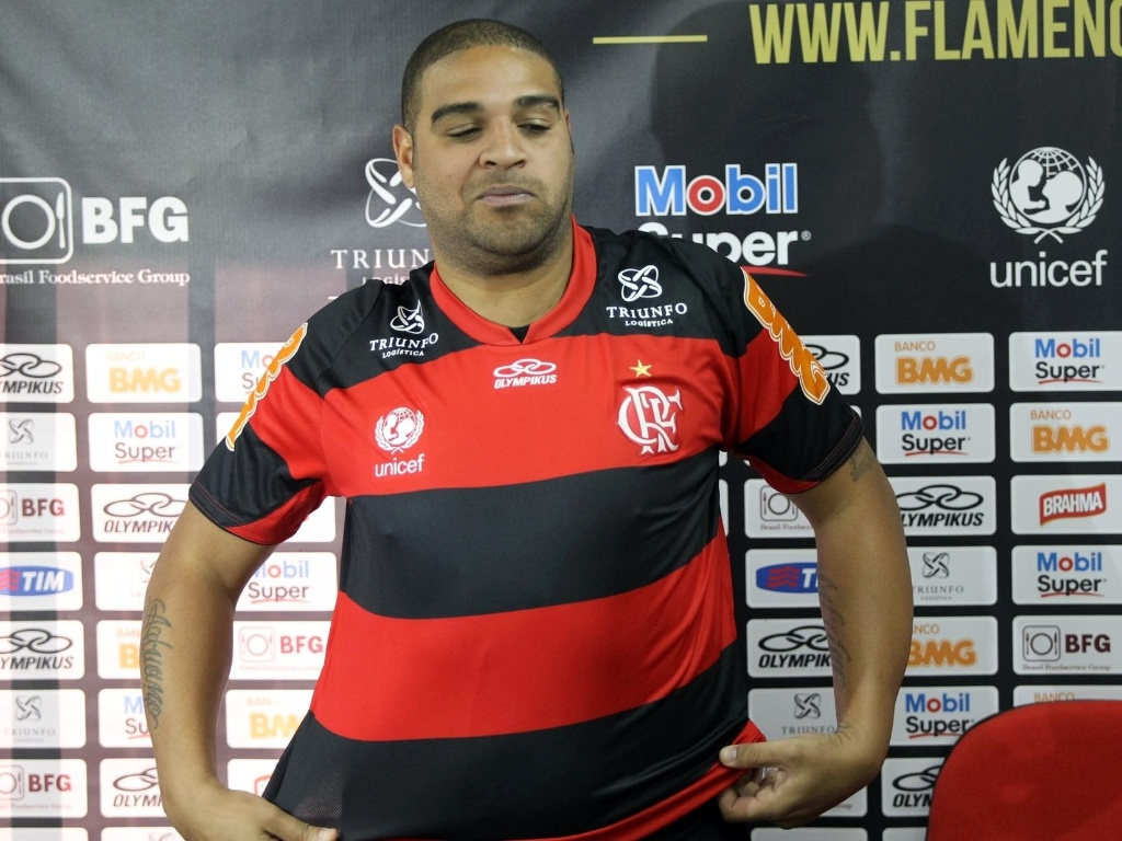 Adriano veste a camisa do Flamengo aps entrevista coletiva
