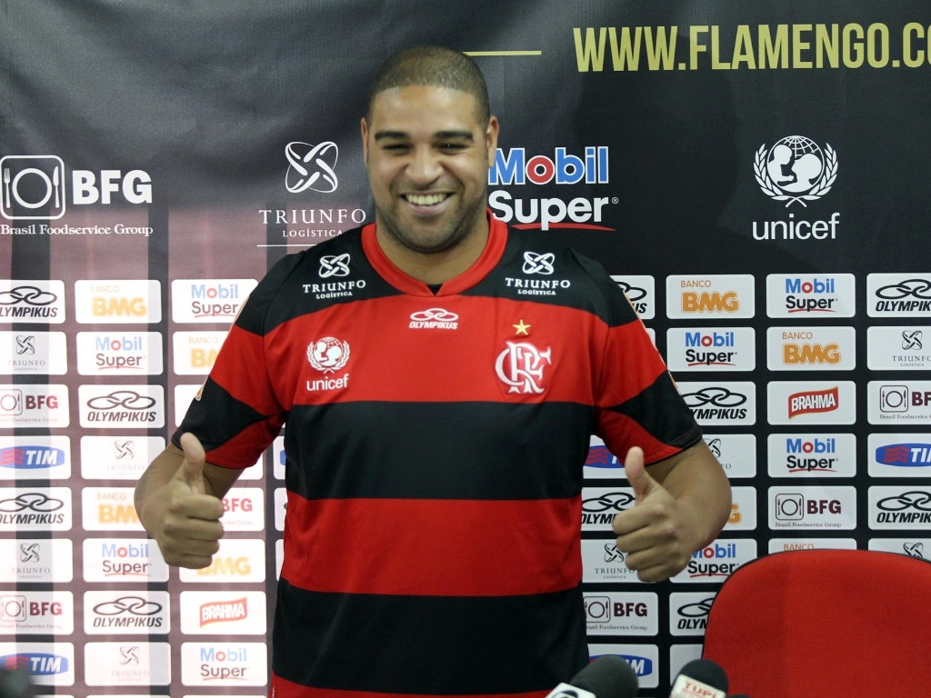Adriano veste a camisa do Flamengo durante apresentao no Ninho do Urubu
