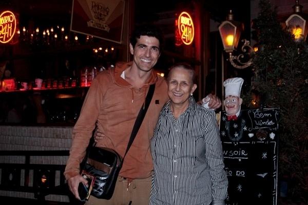 Após a peça, Reynaldo Gianecchini foi com a mãe, dona Heloísa, ao restaurante Paris 6, em São Paulo (21/8/2012)