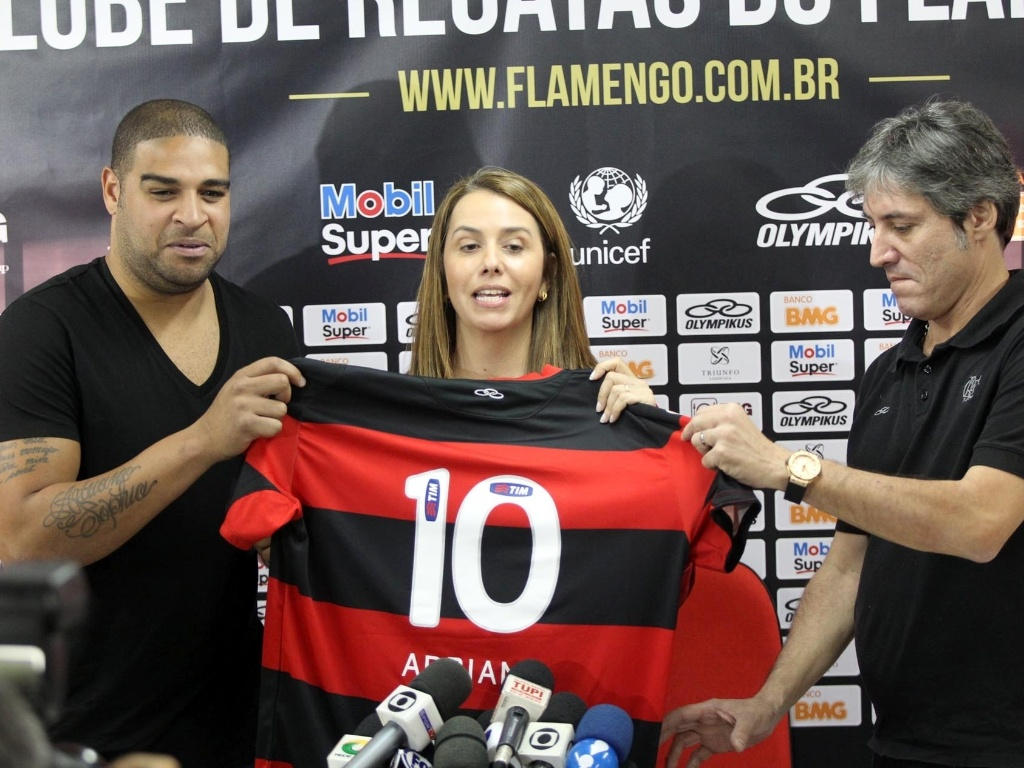 Atacante apresenta a camisa 10 ao lado da presidente do clube, Patrcia Amorim
