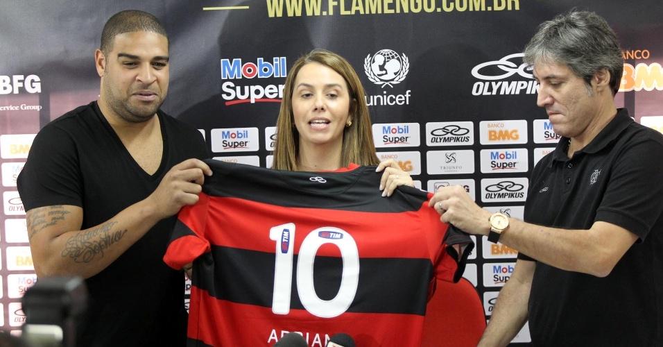 Atacante apresenta a camisa 10 ao lado da presidente do clube, Patrícia Amorim
